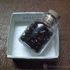 Coleccionismo de minerales: MINERAL: GRANATE.-BOTELLITA QUE CONTIENE CANTIDAD DE PEQUEÑOS GRANATES TALADRADOS. Lote 26165308
