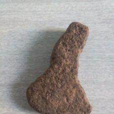 Coleccionismo de minerales: PIEDRA NATURAL CON CAPRICHOSA FORMA DE HACHA IDEAL PISAPAPELES O DECORACCIÓN. Lote 50054384