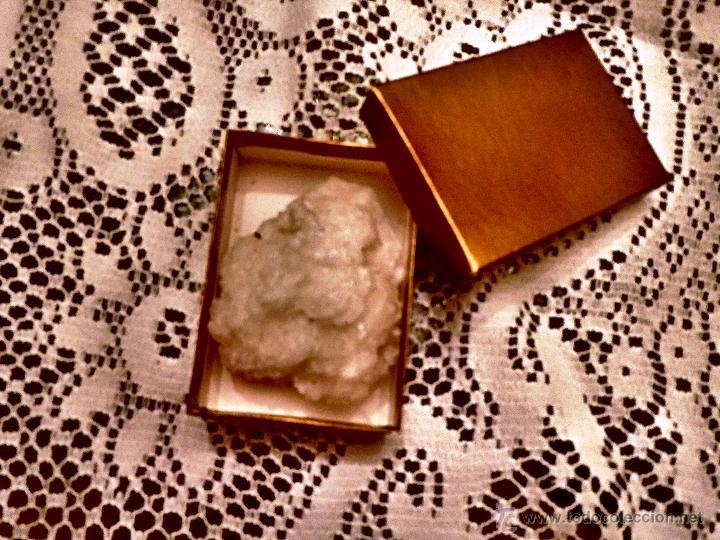 MINERAL BLANCO (65X50 MM) EN CAJA DORADA (Coleccionismo - Mineralogía - Otros)