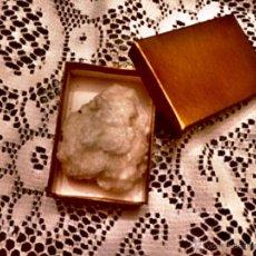 Coleccionismo de minerales: MINERAL BLANCO (65X50 MM) EN CAJA DORADA. Lote 50725897