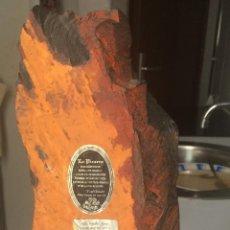 Coleccionismo de minerales: MINERÍA. FRAGMENTO DE PIZARRA DE MINAS DE VILLAR DEL REY, BADAJOZ. PIE DE MÁRMOL. 38 CM ALTURA. 8 KG. Lote 53884742