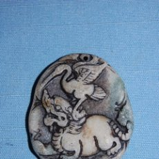 Coleccionismo de minerales: AMULETO COLGANTE FURIA CON AVE EN JADE. Lote 57055983