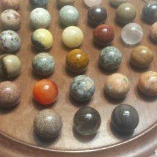 Coleccionismo de minerales: COLECCIÓN 37 PIEDRAS GEMAS DISTINTAS EN TABLA DE MADERA. Lote 90907277