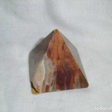 Coleccionismo de minerales: PEQUEÑA PIRAMIDE DE MARMOL. GOLPE EN UNA ESQUINA. Lote 94525626