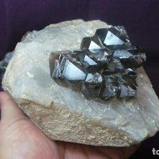 Coleccionismo de minerales: CUARZO AHUMADO MINERAL,SOBRE GRAN CRISTAL DE ROCA, NATURAL. Lote 107748067
