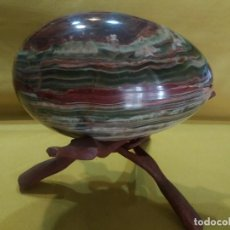 Coleccionismo de minerales: HUEVO ÓNIX GRANDE CON BASE MADERA. Lote 166308346