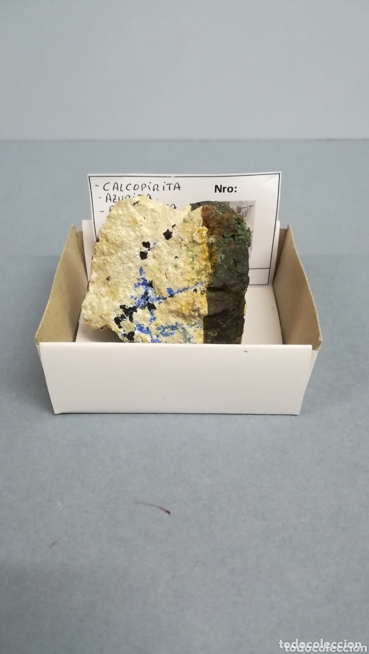 CALCOPIRITA +AZURITA+OXIDOS MANGANESO- MINERAL. EN CAJA 6X6CM LM1 (Coleccionismo - Mineralogía - Otros)