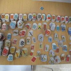 Coleccionismo de minerales: LOTE DE ALREDEDOR DE 2000 EMBLEMAS LOS DE LA FOTO. Lote 192134190