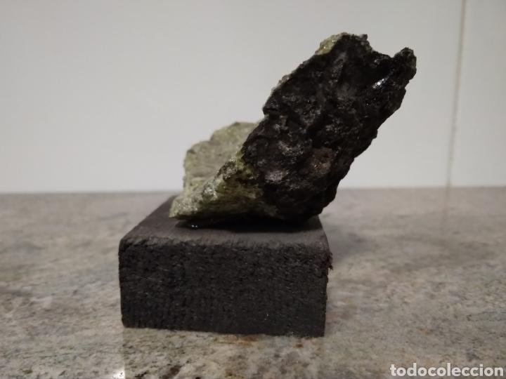 Coleccionismo de minerales: Olivina de Lanzarote. Souvenir siglo XX. - Foto 2 - 210420563