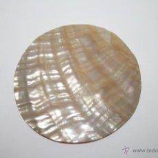 Coleccionismo de moluscos: PLACA DE NÁCAR DE FORMA REDONDEADA - DIÁMETRO 8 CM - PRIMER TERCIO S. XX. Lote 40817216