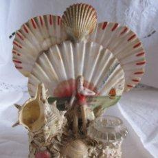 Coleccionismo de moluscos: TINTERO RECUERDO DE PALAMOS. BAÑISTA Y COMPOSICIÓN DE CONCHAS. 13 X 12 X 8 CM. Lote 178338487