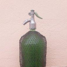 Coleccionismo Otros Botellas y Bebidas: ANTIGUO SIFON GRAN TAMAÑO, SIBIU IPPS, CON MALLA METALICA, TAPON DE PLOMO. 35 CM DE ALTO. Lote 92130790