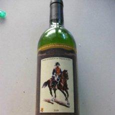 Coleccionismo Otros Botellas y Bebidas: BOTELLA DE VINO PARA LA GUARDIA CIVIL. ETIQUETA : TENIENTE DE CABALLERIA DE GALA, 1844.¡ VACIA !. Lote 93334690