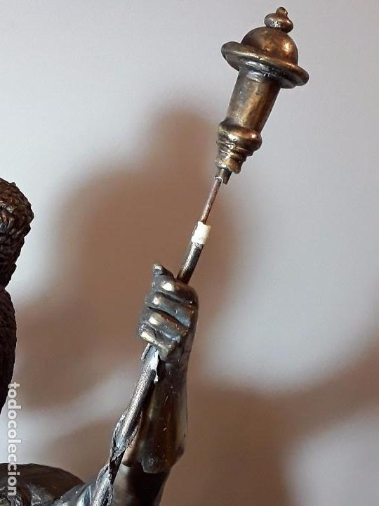 Coleccionismo Otros Botellas y Bebidas: WHITE LABEL DEWARS - FIGURA UNICA DE METAL BASE MADERA - GRAN TAMAÑO 60 CM y 7 KILOS. - Foto 12 - 96370987