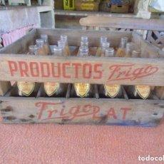 Coleccionismo Otros Botellas y Bebidas: FRIGO LAT.PRODUCTOS FRIGO.ANTIGUA CAJA DE MADERA COMPLETA CON 20 BOTELLINES SERIGRAFÍADOS,BARCELONA.. Lote 97633827