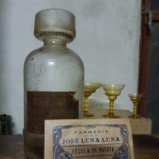 Coleccionismo Otros Botellas y Bebidas: ANTIGUA BOTELLA DE CRISTAL DE FARMACIA, CON ETIQUETA Y SOBRE BAÑERES ALICANTE. Lote 97884788