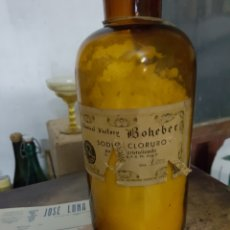 Coleccionismo Otros Botellas y Bebidas: ANTIGUA BOTELLA GRANDE DE FARMACIA, CLORURO SODIO, 1930S + SOBRE + FACTURA, BAÑERES ALICANTE. Lote 97885170