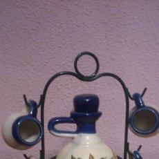 Coleccionismo Otros Botellas y Bebidas: GARRAFA MINIATURA DE CERAMICA DECORACA CON SOPORTE Y VASITOS 16 CMS. Lote 98164811