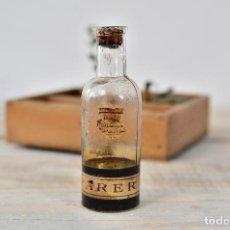 Coleccionismo Otros Botellas y Bebidas: BOTELLA DE CRISTAL MEDICAMENTO CON ETIQUETA Y TAPON - ANTIGUO BOTE VIDRIO FARMACIA FRASCO. Lote 100003379