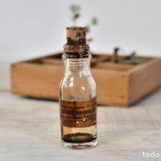Coleccionismo Otros Botellas y Bebidas: BOTELLA DE CRISTAL MEDICAMENTO CON ETIQUETA Y TAPON - ANTIGUO BOTE VIDRIO FARMACIA FRASCO. Lote 100003619