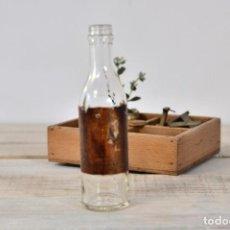 Coleccionismo Otros Botellas y Bebidas: BOTELLA DE CRISTAL MEDICAMENTO CON ETIQUETA - ANTIGUO BOTE VIDRIO FARMACIA FRASCO. Lote 100003983