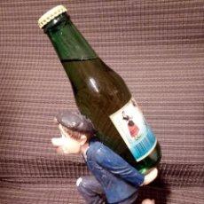 Coleccionismo Otros Botellas y Bebidas: SOPORTE PUBLICITARIO,DE PAISANO CON BOTELLIN DE SIDRA LA ASTURIANA.VILLAVICIOSA.GIJON.. Lote 107693971