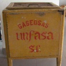Coleccionismo Otros Botellas y Bebidas: NEVERA GASEOSA UNFASA. MADERA. ORIGINAL 1950-60S. PARA HIELO.. Lote 114039175