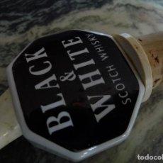Coleccionismo Otros Botellas y Bebidas: SCOTCH WHISKY, BLACK & WHITE,MUY VETERANO DOSIFICADOR PORCELANA. Lote 115572775