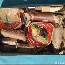 Coleccionismo Otros Botellas y Bebidas: MUY CURIOSO. CAJA CON MATERIAL PARA ETIQUETAR Y SELLAR BOTELLAS (ETIQUETAS, PRECINTOS...) 1940. Lote 120944383