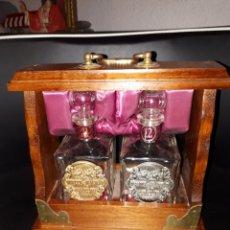 Coleccionismo Otros Botellas y Bebidas: PEQUEÑO MUEBLE CON DOS DECANTADORES WHYTE AND MACKAY SCOTCH WHISKY 21 Y 12 AÑOS SIN USAR. Lote 126165423