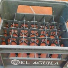 Coleccionismo Otros Botellas y Bebidas: CAJA CERVEZAS EL AGUILA 24 BOTELLAS. Lote 129143354