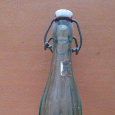 Coleccionismo Otros Botellas y Bebidas: BOTELLA VIDRIO ESTRIADO VACIA TAPON PORCELANA LETRAS VE EN RELIEVE EN LA BASE. Lote 130234706