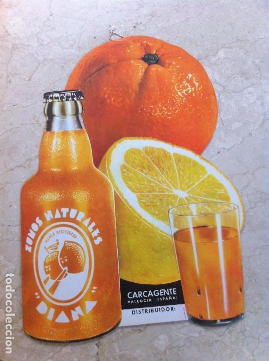 ANTIGUO CARTEL ZUMOS NATURALES DIANA. CARCAGENTE (VALENCIA). SE COLGABA EN COMERCIOS. (Coleccionismo - Otras Botellas y Bebidas )