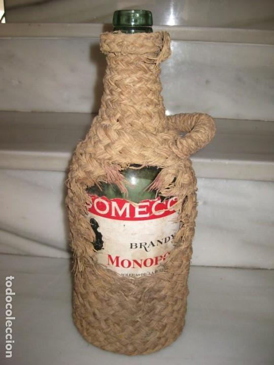BOTELLA FORRADA DE ESPARTO. BRANDY DOMECQ. MOOPOLIO. (Coleccionismo - Otras Botellas y Bebidas )
