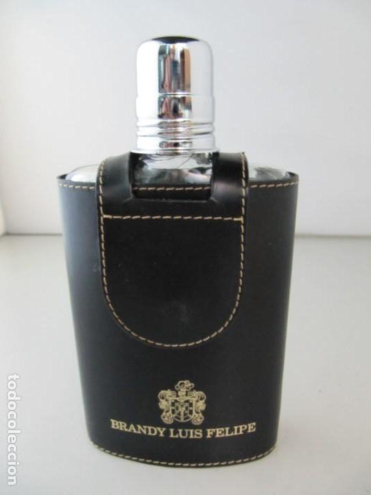 PETACA DE CRISTAL CON FUNDA DE CUERO DE BRANDY LUIS FELIPE. (Coleccionismo - Otras Botellas y Bebidas )