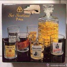 Coleccionismo Otros Botellas y Bebidas: SET SCOTLAND ,JUEGO DE VASOS Y BOTELLA PARA WHISKY,SERIGRAFIADOS CON DIFERENTES MARCAS,AÑOS 70 . Lote 135455446