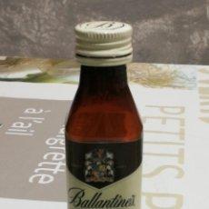 Coleccionismo Otros Botellas y Bebidas: BOTELLÍN VACÍO DE PLÁSTICO DE BALLANTINE'S FINEST BLENDED SCOTCH WHISKY - 50 ML. -. Lote 136312702