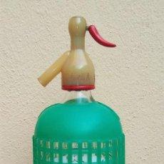 Coleccionismo Otros Botellas y Bebidas: ESCASO Y ANTIGUO SIFÓN LA ALIANZA, CADIZ. CON PROTECTOR PLÁSTICO VERDE. Lote 137246238