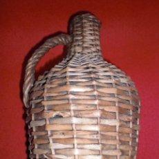Coleccionismo Otros Botellas y Bebidas: BOTELLA GARRAFA ANTIGUA DE CRISTAL FORRADA EN MIMBRE CON ASA AÑOS 50 VINO. Lote 139429258