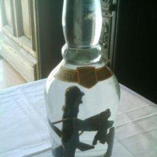 Coleccionismo Otros Botellas y Bebidas: BOTELLA DE VIDRIO CON CAZADOR DE MADERA EN SU INTERIOR. Lote 140900666