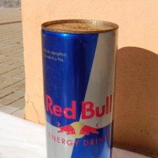Coleccionismo Otros Botellas y Bebidas: LATA GIGANTE DE RED BULL 43 CM ALTO . Lote 145388106
