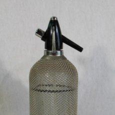 Coleccionismo Otros Botellas y Bebidas: BOTELLA SIFÓN ANTIGUO MALLA METÁLICA RUSIA USSR VINTAGE. Lote 284684658