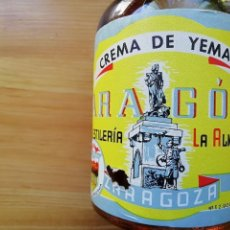 Coleccionismo Otros Botellas y Bebidas: BOTELLA ENTERA CON ANTIGUO PRECINTO CREMA DE YEMA ARAGON LA ALMOZARA. Lote 152363990