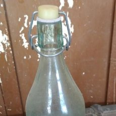 Coleccionismo Otros Botellas y Bebidas: ANTIGUA BOTELLA DE GASEOSA, LA CASERA PONE DEBAJO, SIN LETRAS, TAPON DE PASTA, 1 LITRO. Lote 153273746