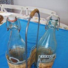 Coleccionismo Otros Botellas y Bebidas: ENCANTADOR CONJUNTO DE PORTABOTELLAS VINTAGE Y DOS GASEOSAS ORIGINALES DE LOS AÑOS 50. Lote 153713250