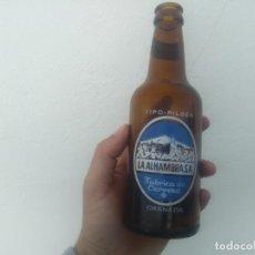 Coleccionismo Otros Botellas y Bebidas: ANTIGUA BOTELLA DE CERVEZA LA ALHAMBRA GRANADA MODELO SERIGRAFIA Y ETIQUETA TERCIOEN EL CUELLO. Lote 153728630