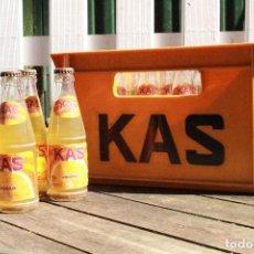 Coleccionismo Otros Botellas y Bebidas: CAJA DE REFRESCO KAS CON 24 BOTELLAS LLENAS. Lote 153788562