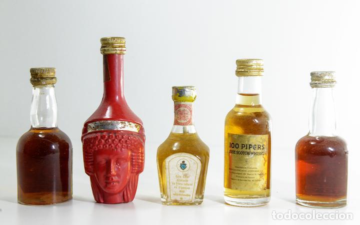 Coleccionismo Otros Botellas y Bebidas: Lote compuesto por cinco mini botellas antiguas de licor - Foto 2 - 153872506