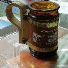 Coleccionismo Otros Botellas y Bebidas: VASO CON MANGO EN MADERA, RECUERDO DE NIAGARA FALLS CANADÁ. Lote 154871742