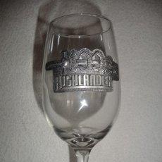 Coleccionismo Otros Botellas y Bebidas: HIGHLANDER -COPA CERVEZA O VINO , CONMEMORATIVA 100 EPISODIOS.- EMBLEMA DE ESTAÑO. Lote 155963878